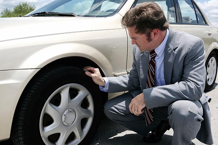 Что проверяет водители, когда пинают по колесам