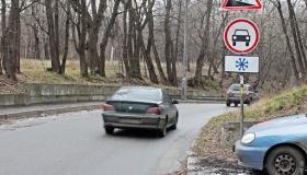 Какие запреты для участников дорожного движения несёт в себе знак 3.3?